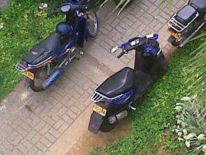 Este es el andén que permanece invadido de motocicletas.