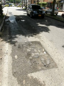 Así permanece la calle 56 entre carreras 33 y avenida González Valencia.