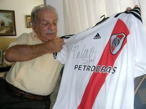 Mostrando la camiseta que le regaló Radamel Falcao, autogra-fiada, del River Plate.