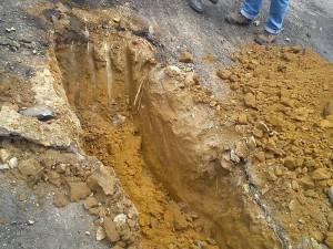 En la excavación se comprobó que el pavimento fue hecho sobre la tierra y no sobre una base granular.