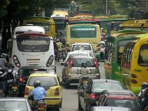 Trancones y congestión por arreglos en el pavimento