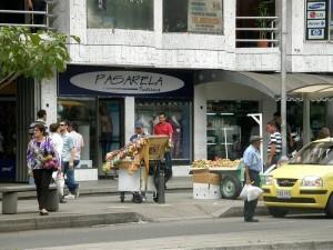El andén está repleto de vendedores ambulantes, como se observa en la foto y lo denuncia un Periodista del Barrio.