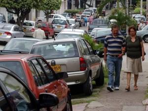 Las quejas por los mal llamados 'parqueaderos' en las calles van contra quienes cuidan los carros.