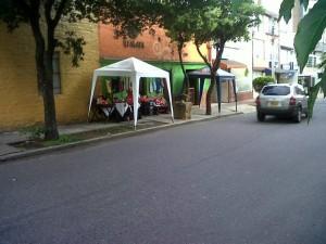Esta fue la foto enviada por la Periodista del Barrio en la que denuncia la invasión del espacio público.