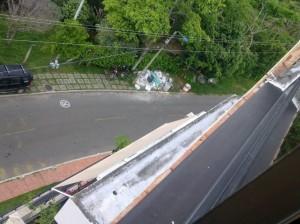 La foto enviada por la ciudadana muestra los residuos de pintura en un andén de Cabecera.