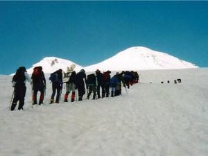 Ascendendo para Pastukov Rocks, en el Elbrus.