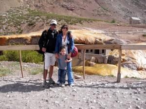 Puente del Inca, con su esposa y su hijo.