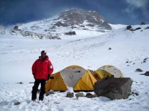 Campo Colera 6.000 m la cumbre del Aconcagua al fondo.