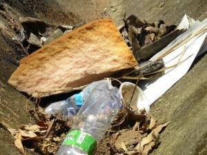 Las basuras hacen parte del panorama del parque La Loma.