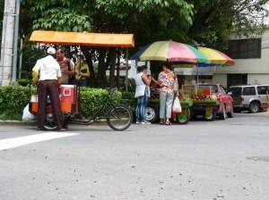 Son varias las ventas ambulantes en esta estrecha calle.