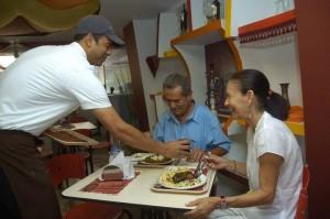 El pakistaní atiende a sus clientes, quienes con frecuencia le preguntan sobre su cultura asiática.