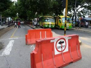 En la zona también hay señalización para guiar a los conductores y transeúntes del contraflujo.