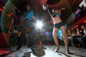 Con bailares clásicos, el negocio llama la atención de los clientes