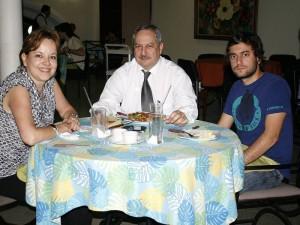 Lucero de Castro, Víctor Raúl Castillo y Víctor Andrés Castillo.