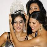 Laura Melissa Patiño le entrega la corona a su nuevo reemplazo