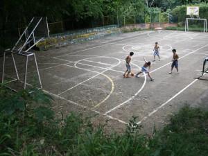 Además de no tener un espacio para juegos, los vecinos tienen que soportar la proliferación de mosquitos.