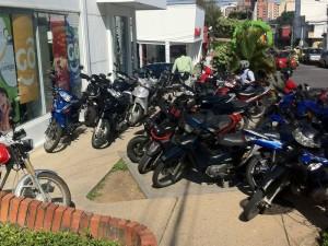 Esta es la invasión de andenes que a diario se ve por parte de motociclistas.