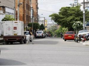 Según los vecinos, a diario se ven camiones estacionados en las vías de Las Mercedes.