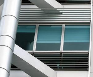 Técnicas americanas como vidrios transparentes y espejos en ventanas y puertas.