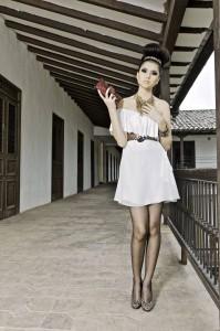 Vestuario: Silvia Alfonzo. Zapatos y accesorio cabello: Siuk. Cinturón y cartera: Tatiago. Collar: Yanira Jaimes, Itae.