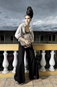 Pantalón negro: Adriana Reyes. Blusa: Vásquez y García. Top: Lineth Uscátegui, Itae. Zapatos y bolso: Siuk.