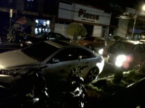 Esta fue la foto que nos envió la lectora sobre las motos y carros parqueados en la vía.