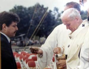 """""""Para mí fue una experiencia única e inolvidable el haber podido recibir la comunión de manos del Santo Padre en mi ciudad natal""""."""