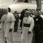 Monseñor al lado del Papa, a su llegada al aeropuerto Palonegro.