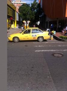 Taxi que se ubica a la entrada del almacén Éxito por la carrera 35A.