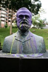 Pintados de varios colores están los bustos del parque Puyana.