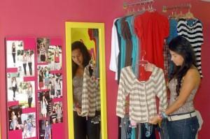 Las estudiantes universitarias son las clientes fijas de los diseños de Sandra.
