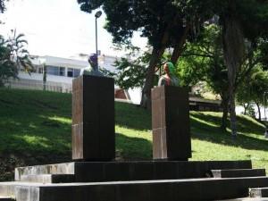 Solo falta remover la pintura de los bustos de Don David Puyana y el Padre Francisco Romero, que sigue iguales.