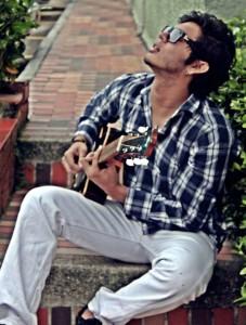 La guitarra es su mejor amiga, su aliada a la hora de componer.