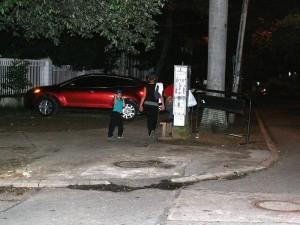 Según el Periodista del Barrio, quien pidió reservar su nombre, las vallas son puestas ocasionalmente en la vía o andenes.