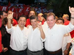 En la imagen aparece el candidato junto al director nacional del partido, Rafael Pardo y al aspirante a la Gobernación, Luis Fernando Cote Peña.