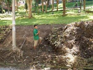 Los trabajadores limpiaron el talud, pusieron guaduas para sostenerlo y sembraron pasto.