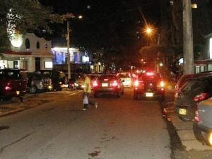 El estacionamiento a lado y lado de la vía es uno de los factores que alteran la movilidad en esta zona.