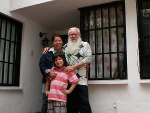 Junto a su esposa y su hijo Alejandro.