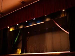 Luces modernas y cortinas hicieron parte del cambio de la tarima.