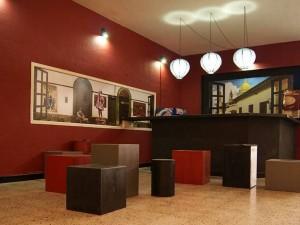 El color, las luces vanguardistas y las pinturas, le dan al lobby del teatro más presencia y estilo.