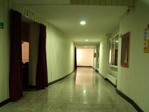 Las luces en los pasillos y los cuadros coloridos dieron vida a la entrada al teatro.