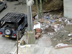 En las fotos se observan las basuras y el agua empozada.