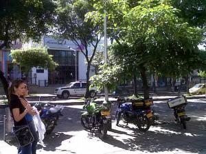 Los motorizados se ubican aquí utilizando el andén como parqueadero.