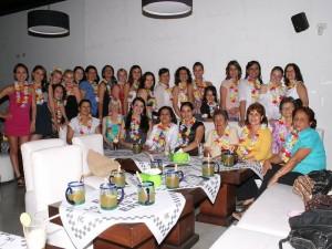 Lucía Hernández con  amigas y familiares en su Despedida de soltera.