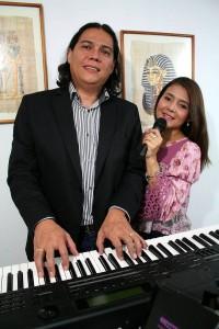 Él es pianista y ella cantante, así interpretan temas de antaño y del presente en eventos sociales y privados.