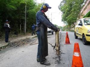 Luego de varios meses de quejas, por fin llegaron las obras de arreglo en el pavimento a la vía entre la Unab y el restaurante Toscana. (Nelson Díaz).