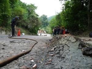 Los funcionarios de la Unión Temporal Pavimentar llegaron al sitio para romper el pavimento y hacer los trabajos respectivos para recuperar esta vía.