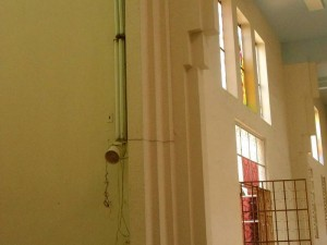 Lámparas de neón distribuidas por todos lados, cables y tomas viejos serán cambiados