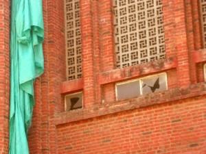 Los vidrios rotos no le daban muy buena imagen al templo.