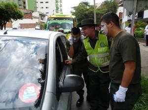 Los estudiantes estuvieron acompañados de mimos, miembros de la Policía Ambiental.